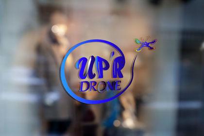 Logotype UpR'Drone couleurs sur porte en verre
