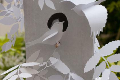Décor et oiseaux découpé en papier
